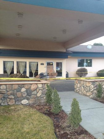 Baymont Inn & Suites Tri-Cities/Kennewick WA:                   Front door taped off