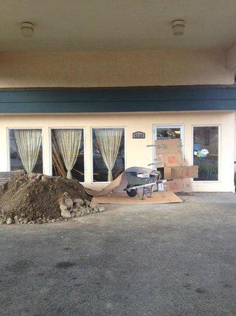 Baymont Inn & Suites Tri-Cities/Kennewick WA :                   Nice cardboard over front door.