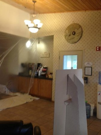 Baymont Inn & Suites Tri-Cities/Kennewick WA:                   Had to walk under plastic to front desk