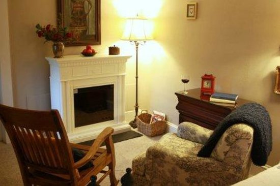 Red Rocker Inn: Snuggle up by the cozy fireplace in the third-floor Blue Ridge Room.