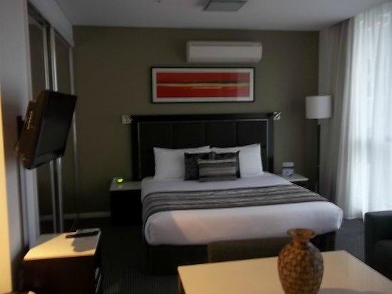 Meriton Serviced Apartments Campbell Street: Lit queen très confortable avec de (trop?) gros oreillers