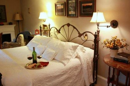 Red Rocker Inn: Pure elegance and indulgence in the Blue Ridge Room. Features fireplace and whilrpool tub.