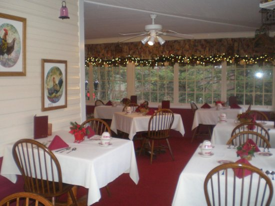 Red Rocker Inn: Everyone likes dining on the garden porch with it's beautiful views.