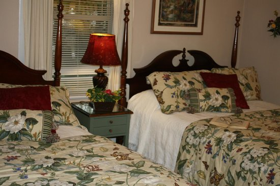 Red Rocker Inn: Two queen beds furnish the beautiful Appalachian Room. Perfect for a girl friends getaway!