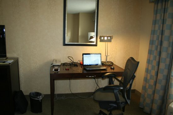 Hilton Garden Inn Mankato Downtown:                                     Desk / Workspace