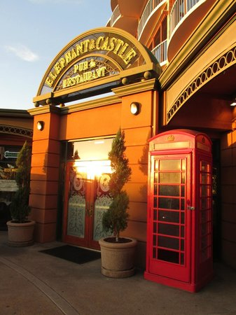 Elephant & Castle Pub & Restaurant: front door with British phone booth