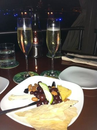 Grande Cru Restaurant and Wine Bar : Champaign and the cheese plate