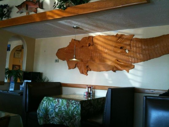 Ocean Harvest Market & Grill: Unassuming decor!
