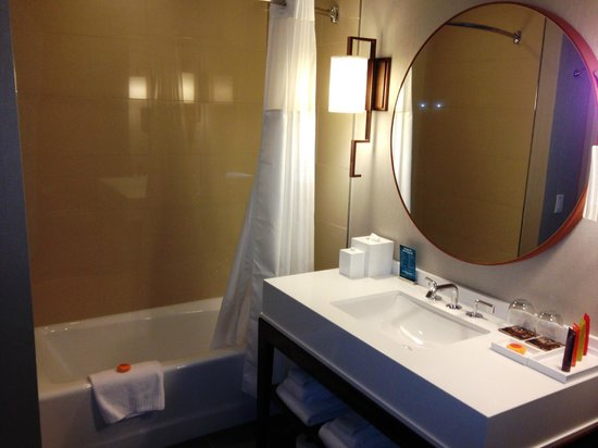 Hotel Palomar Phoenix - a Kimpton Hotel : Well appointed bathroom