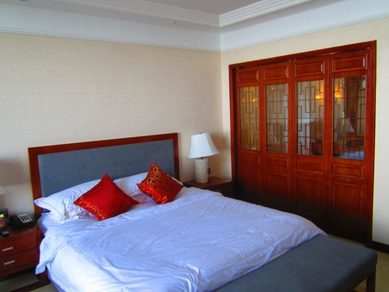 Golden Summit Hotel: Well appointed room