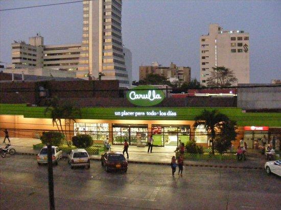 Apartotel Eslait: Supermercado al frente del Eslait