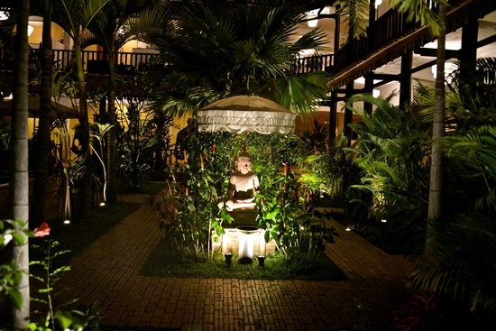 Siddharta Boutique Hotel:                   The Buddha statue on entry