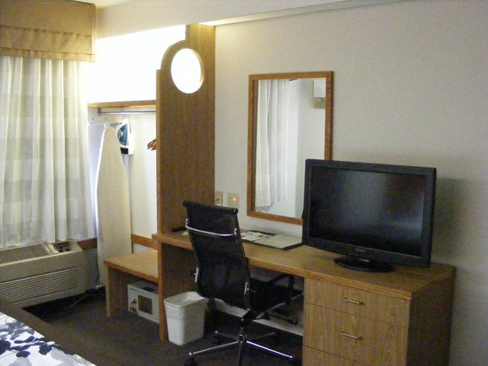 Sleep Inn - Lansing North / Dewitt : Was impressed with the amount of storage space in such a small room.