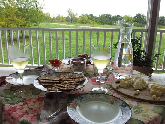 Springdale Inn: Enjoy sparkling apple cider & cheese on our front porch