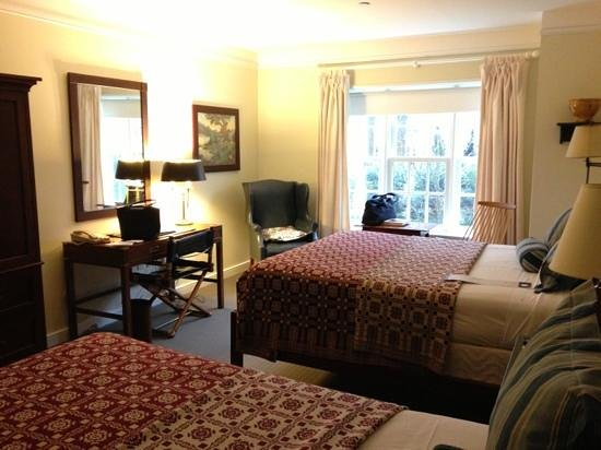 Williamsburg Lodge Autograph Collection:                   Queen deluxe room
