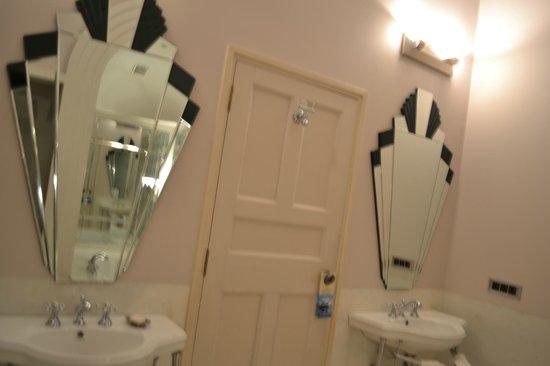 The Gateway Hotel Ramgarh Lodge Jaipur: Spacious bathroom