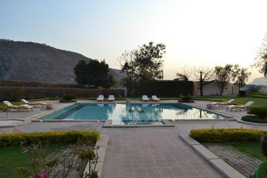 The Gateway Hotel Ramgarh Lodge Jaipur: The 3-feet (deep!) pool! ;-)