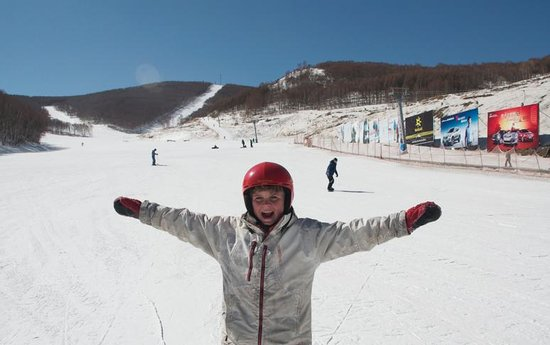Duolemeidi Ski Resort :                   Happy kid w view of slopes in background