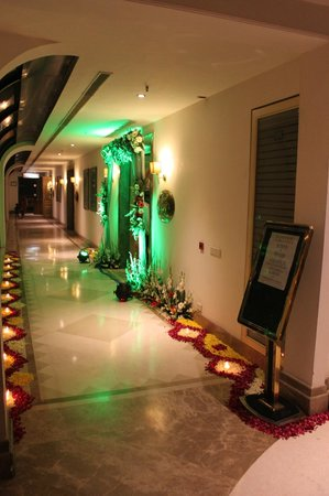 Tivoli Garden Resort Hotel:                   Wedding decorations on the hall way