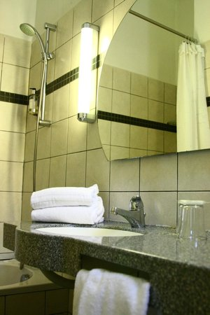 Hotel Imperial: salle de bain de chambre confort