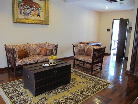 Santi Resort & Spa:                   Living room in room 407