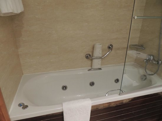Atlantica Golden Beach Hotel:                   bathroom bath with shower over