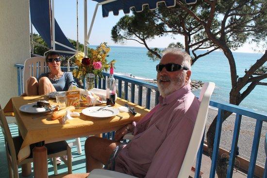 Residence Costa Templada :                   repas en fevrier sur le balcon avec vue sur la mer