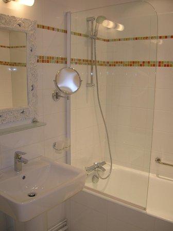 Hotel Diderot: salle de bain avec baignoire