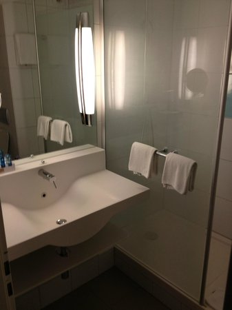 Novotel Zurich City-West:                   Nice bathroom