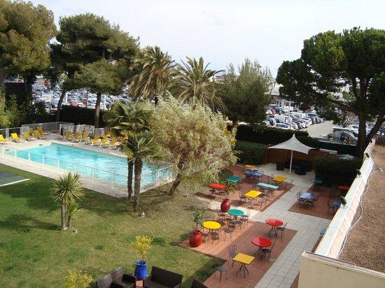 Novotel Nice Aeroport Cap 3000 :                   Swimming Pool and Hotel Garden