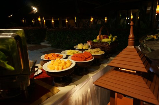 Samui Buri Beach Resort:                                     buffet in hotel restaurant