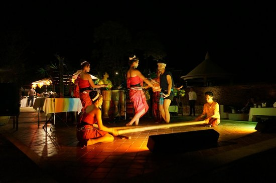 Samui Buri Beach Resort:                                     Show Thai  dance in Hotel