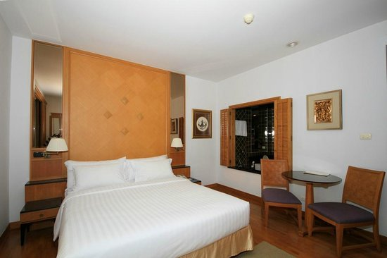 Grande Centre Point Hotel Ploenchit:                   Bedroom and bathroom.