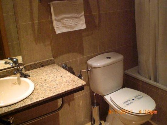Alojamientos La Plaza: Baño privado completo