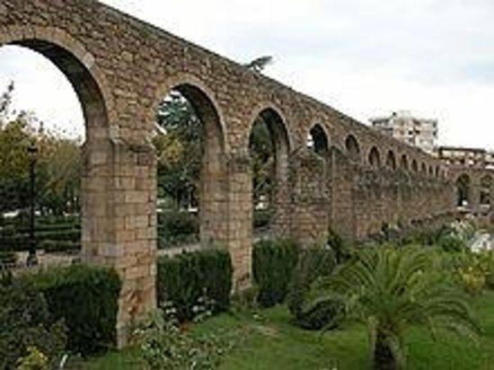 Alojamientos La Plaza: Acueducto de la ciudad de Plasencia