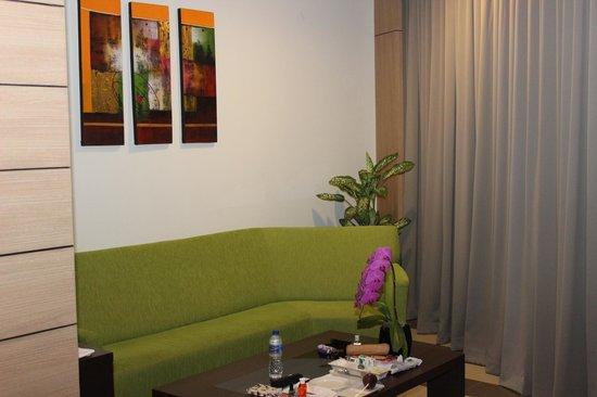 Atria Hotel Gading Serpong:                   Zithoek met koffie en thee faciliteiten.