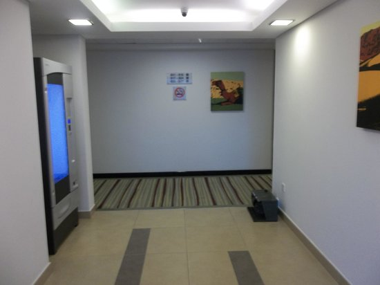 Citymax Hotels Al Barsha:                   Floor 8 Lift area