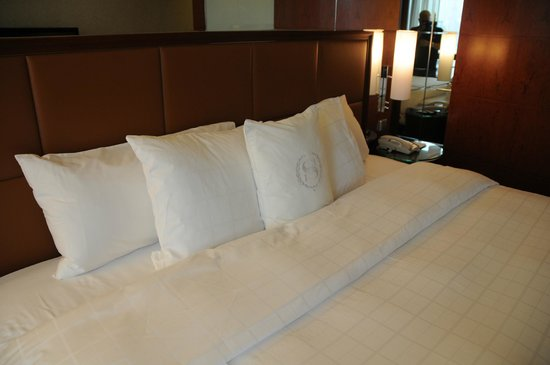 Sheraton Hong Kong Hotel & Towers:                   those bed i always love!