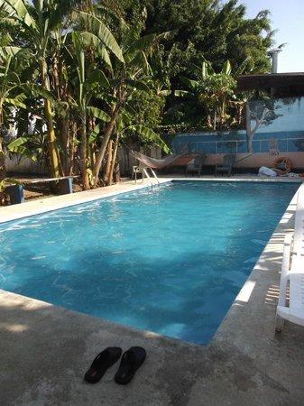 Chambres en Ville: Espace piscine.