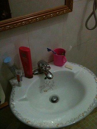 A Tee Guesthouse:                                     bathroom