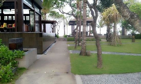 Hotel Santika Premiere Beach Resort Bali:                   pathway to the beach