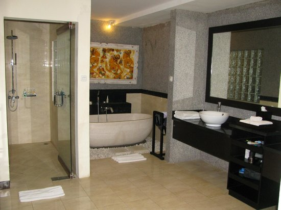 Bali Rich Luxury Villa:                   Huge Bathroom with Tub and Shower
