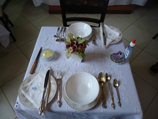 Aratinga Inn:                   Beatiful Crockery