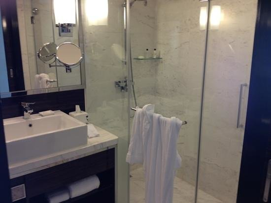 Hong Kong SkyCity Marriott Hotel:                   Nice bathroom!