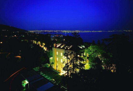 Hotel Villa Eugenia: Hotel by night