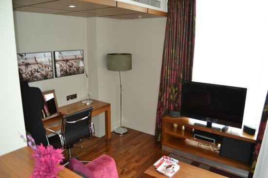 Apex London Wall Hotel:                   Living area of suite