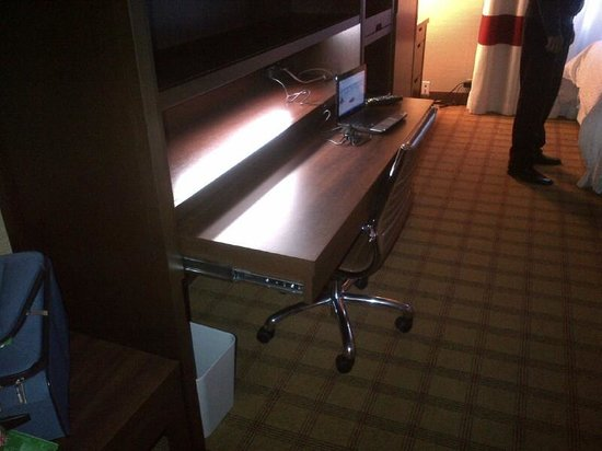 Four Points by Sheraton Toronto Mississauga:                   desk / work are - way too dark and not usable