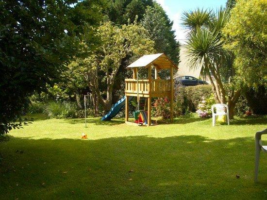 Meadowside Holiday Apartments: Garden Play area