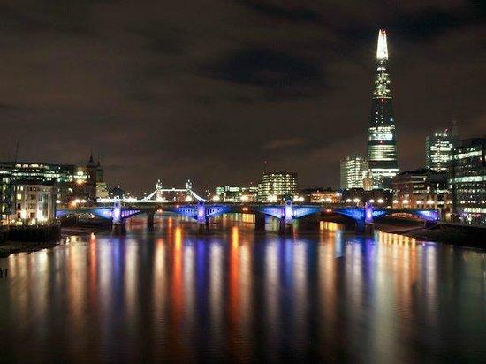 โรงแรมเรดิสัน บลู เอดเวอร์เดียน เมอเซอร์สตรีท:                   London at night from Westminster Bridge