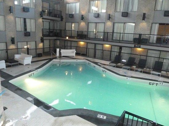 Sandman Hotel & Suites Kelowna: Pool im Sandman